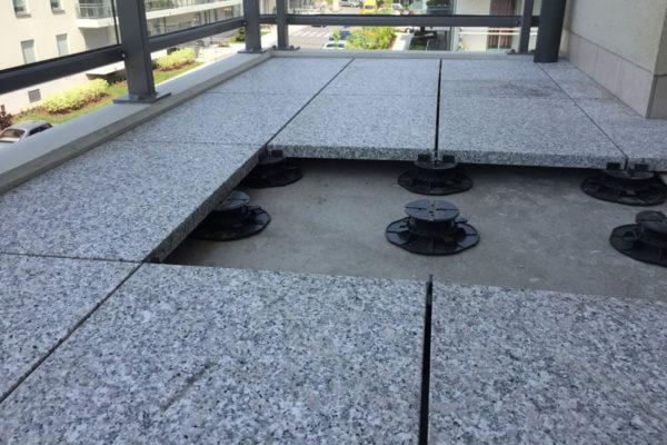 balkon na wspornikach regulowanych dd 600x400 - Wspornik Tarasowy Regulowany Pod Płyty DD Group 45-70mm