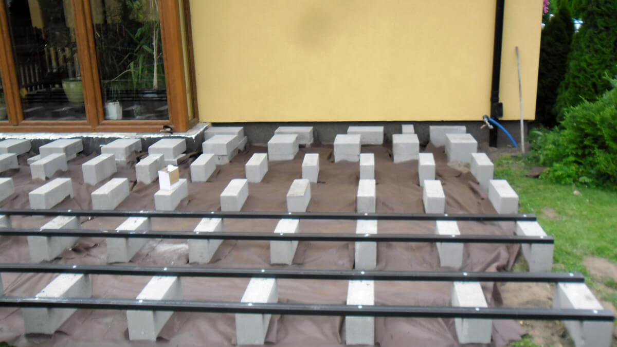 Montaż-na-bloczkach,-taras-z-deski-kompozytowej-ciemny-brąz-standard-Radom-1